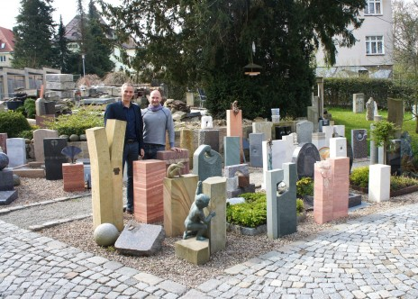 Oberbürgermeister Kandidat für Weimar Martin Kranz mit dem Firmeninhaber Andreas Dospiel in der Ausstellung des Steinmetzbetriebes an der Berkaer Straße.